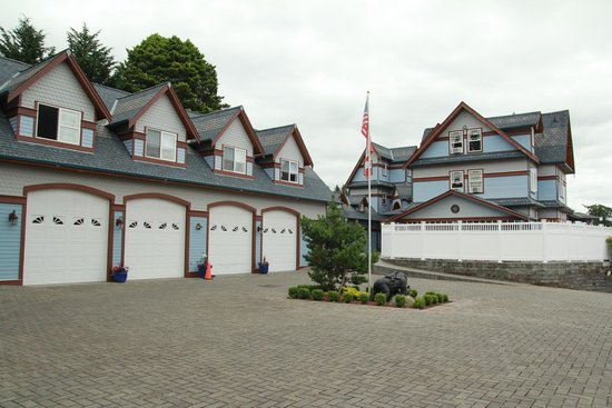 Mansion Inn Lake Stevens : View of house from parking area