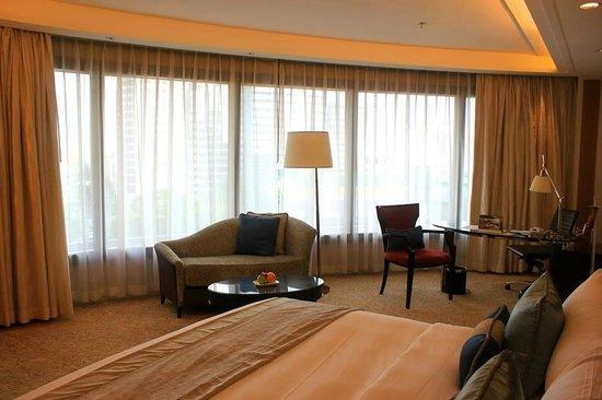 Edsa Shangri-La: Panoramic windows of the executive room