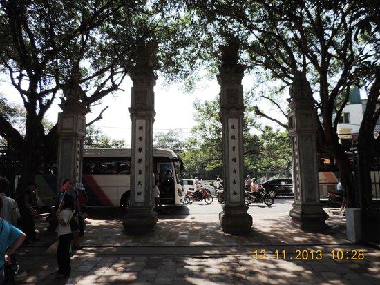 Temple de la Littérature de Hanoï : Four pillars in front of The Great portico(Van Mieu gate)