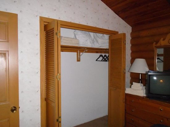 Breezy Point Resort: Decent closet space, plenty of extra linens