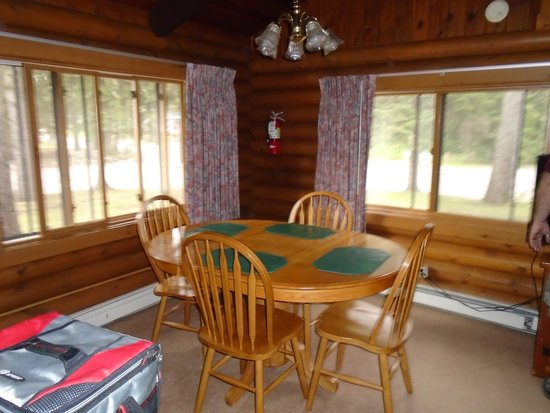 Breezy Point Resort: The dining area. People and cars passing by the windows. We were on a main road