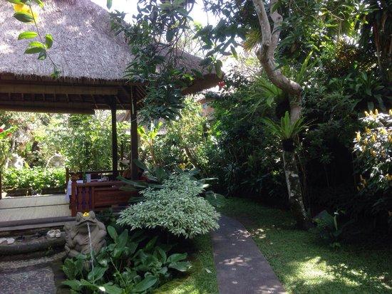 Cafe Wayan & Bakery : Nice garden at back of Cafe Wayan