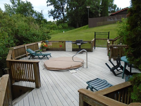 Breezy Point Resort: Deck with shared hot tub