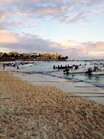 El Taj Oceanfront & Beachside Condos Hotel: Beach chairs make for great sunset views!
