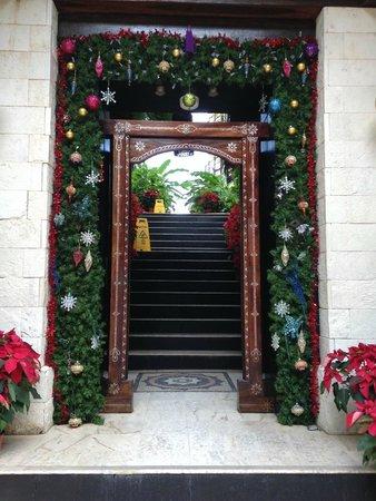 El Taj Oceanfront & Beachside Condos Hotel: Entrance from the street