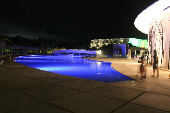 Grand Sirenis Riviera Maya Resort & Spa : Beautifully lit resort at night