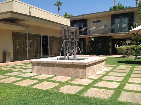 7 Springs Inn & Suites: Inner courtyard and fountain