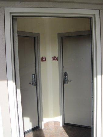 Best Western Airpark Hotel: Hotel Room Doors (Prison Like)!