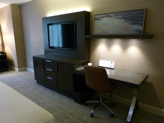 Hyatt Centric Chicago Magnificent Mile: Credenza/desk, TV