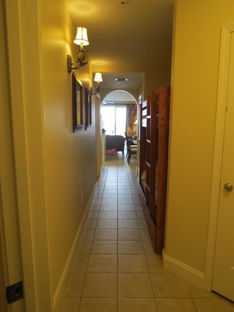 Blue Heron Beach Resort: Entry. Bedroom on the left and bunkbeds in the hall on the right.