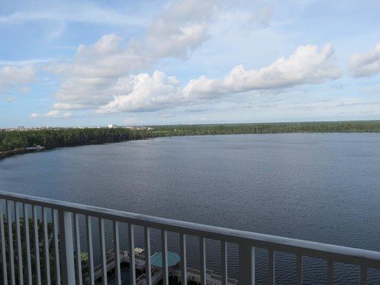 Blue Heron Beach Resort: Balcony view of the lake.