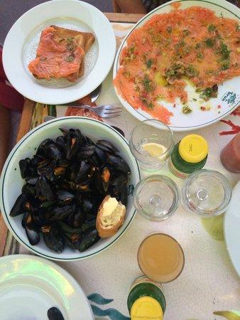 Coquillages Brun: Легкий ужин: карпаччо из лосося, мидии в белом вине