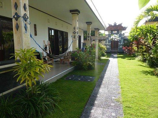 The Green Room Canggu: stehe auf dem Poolrand (siehe ältere Bewertungen)