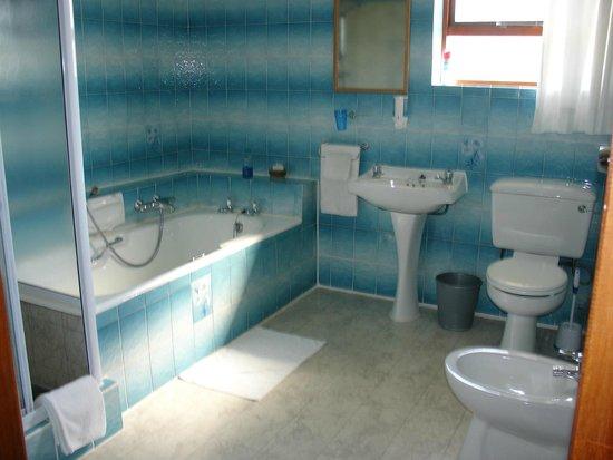 On The Bay Guesthouse: Huge familyroom bathroom