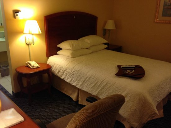Hampton Inn Logan: hotel room
