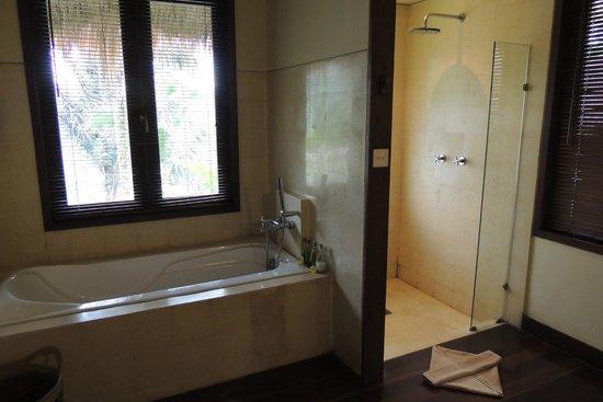 Nandini Bali Jungle Resort & Spa: 大きなバスタブと独立したシャワールーム