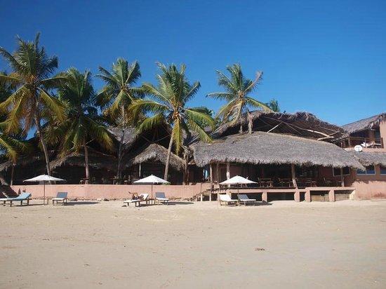 Hotel Espadon Nosy Be: Vue sur la plage d'Ambatoloaka