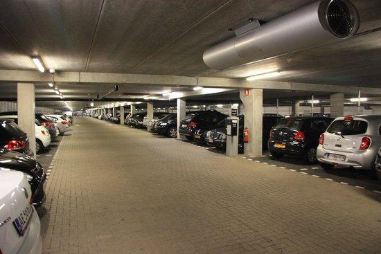 WestCord Fashion Hotel Amsterdam: parking 2M= ok coffre de toit sur mon break