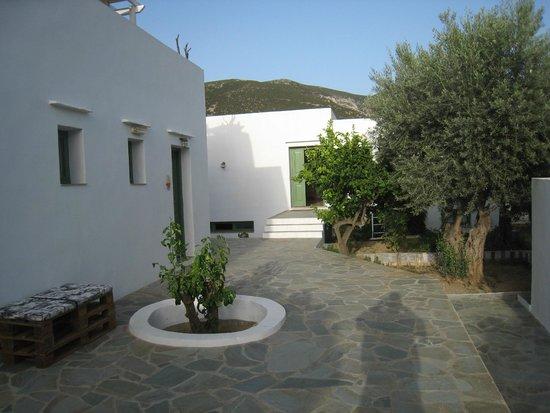 Edem Hotel: Doorkijkje tussen de appartementen met rondom een fraaie tuin.