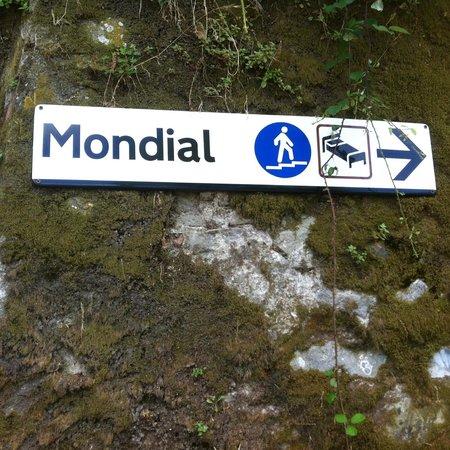 Hotel Mondial: Дорожка от станции к отелю- есть указатели