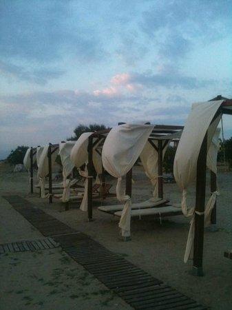 Eden Village Natura Park: I gazebo in spiaggia...con i dondoli...che meraviglia!