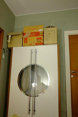 Clarion Hotel Admiral: Des cartons trônent sur l'armoire, bizarre…