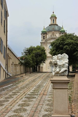 La Pigna : Мощенная дорога к собору Св.Мадонны