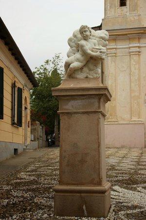 La Pigna : Статуя портала перед собором Св. Мадонны