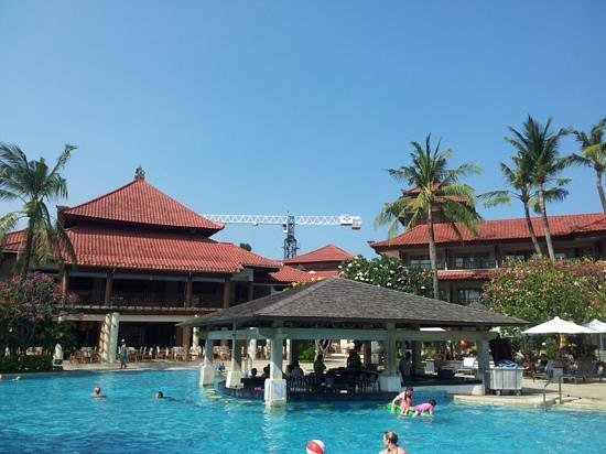 Holiday Inn Resort Baruna Bali: Main pool looking back towards restaurant on left and one bedroom suites to the right.