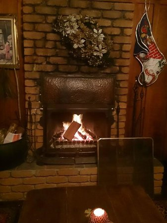 Bungunyah Manor Resort: Log fire in drawing-room