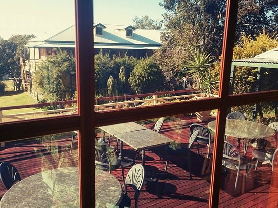 Bungunyah Manor Resort: View from dining-deck over to rooms