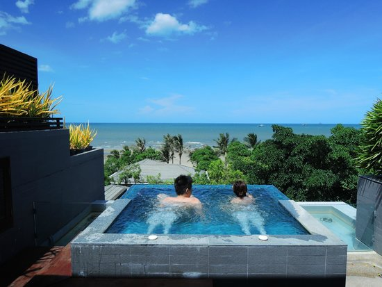 Rest Detail Hotel Hua Hin: Jacuzzi with sea and sky