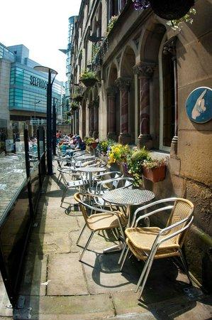 Mitre Hotel: Outside beer garden