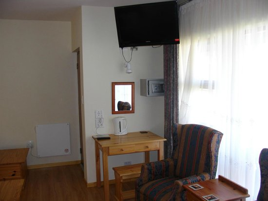 On The Bay Guesthouse: desk 4 bedroom ensuite