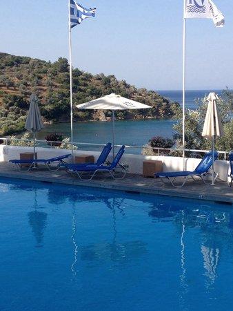 Kerveli Village Hotel: La piscina e il mare ......