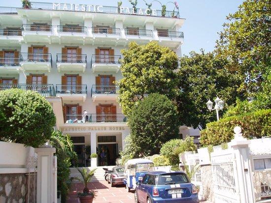 Majestic Palace Hotel : Vue depuis la rue