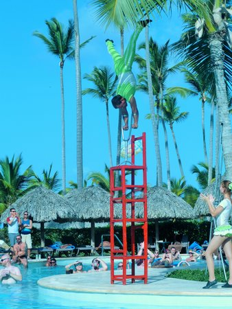 Secrets Royal Beach Punta Cana : pool entertainment