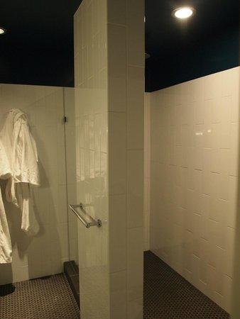 Thompson Chicago, a Thompson Hotel : Love the bathrooom!