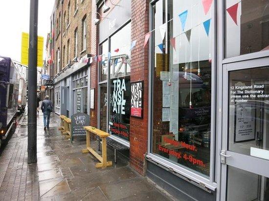 The Dictionary Hostel: Hostel und Cafe von der Straße