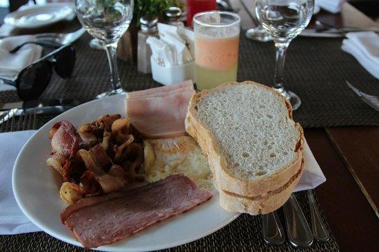 Catalonia Bavaro Beach, Casino & Golf Resort: Завтрак: омлет + бекон