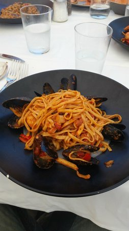 Ammoudi Fish Tavern: linguine  aux fruits de mer