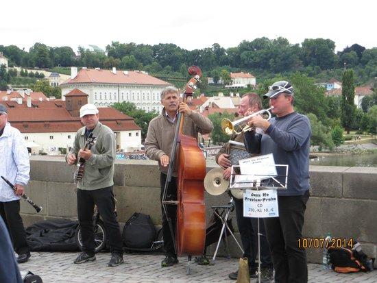 Prague Airport Transfers : jeden Tag Musik auf der Karlsbrücke