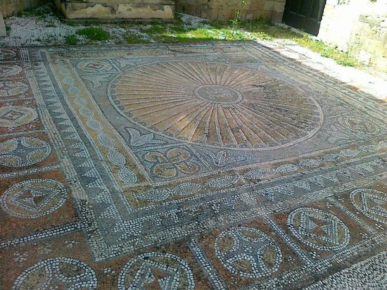 Archaeological Museum of Rhodes (Hospital of the Knights): vackra stenar lagd för hand