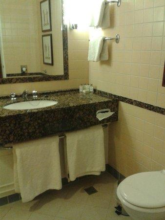 Oulton Hall & Spa : Good size Bathroom
