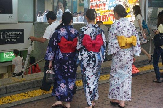 Hachiko: 漂亮的和服背影