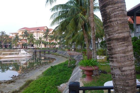 Hoi An Beach Resort: вид с берега реки на отель2