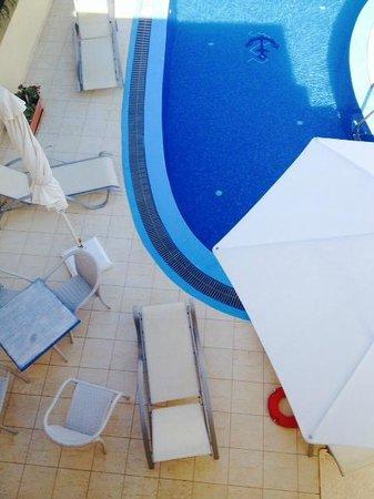 Chez Sophie Rooms & Suites: Poolside