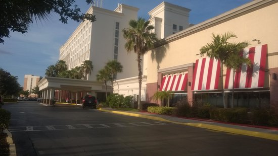 Holiday Inn & Suites Across from Universal Orlando : hotel front