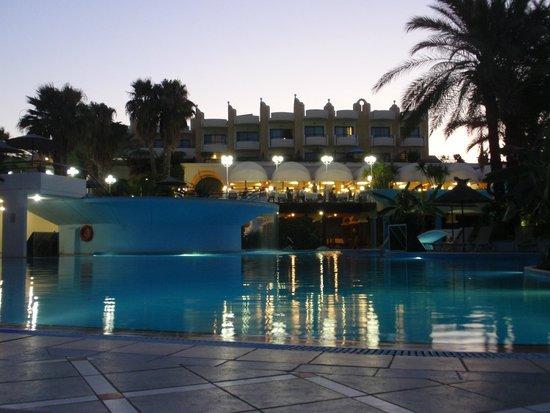 Atrium Palace Thalasso Spa Resort & Villas : Große Poolanlage Richtung Hotel und Terrasse