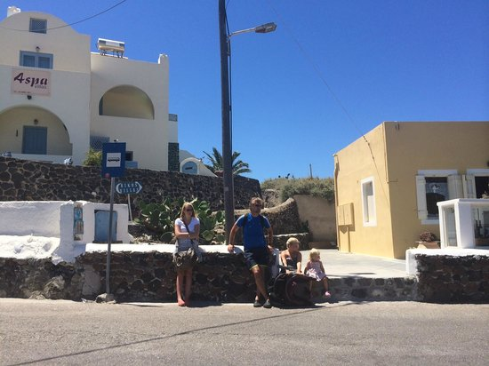 Aspa Villas: Bus stop right outside hotel